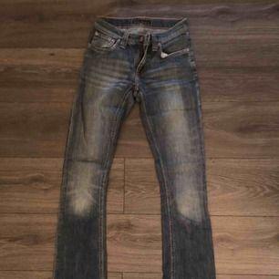 Ett par fräscha nudie jeans i storlek XS som jag använt få gånger i en mellantvätt. Lite vida ben men inte bowcut. Köparen står för frakt om det blir aktuellt!:)