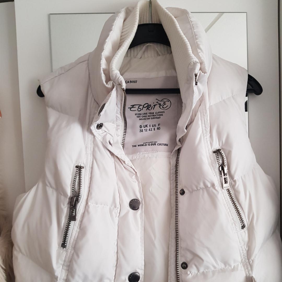 Superball vit Esprit väst köpt utomlands. Perfekt för vädret nu! Cool över en skinnjacka. Möts i Stockholm eller fraktar. Köparen står för frakt.. Jackor.