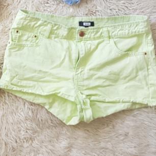 Riktigt balla bik bok shorts i limegrön färg. Perfekta till sommaren! Billigt och i bra skick! Möts i Stockholm eller fraktar