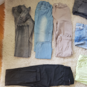 4 par byxor 20kr styck. Alla i fint skick och i fina färger till våren. Gråa-Cubus Ljusblåa-kappahl  Beige-lindex Svarta skinimatation- New Yorkee