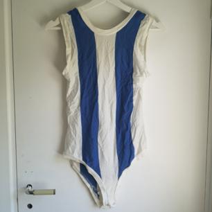 Blå och vit-randig body från Weekday! Aldrig använd 🌼 Frakt 27kr eller 50kr (spårbart)