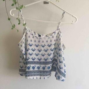 Supersöt vit topp/linne med blå blommor och mönster