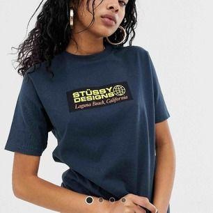 Nice t-shirt från stussy, säljer pga jag fick en efter att jag köpt en själv - är därför aldrig använd o lappen sitter kvar ! Skönt material! Nypris 495:-