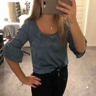 En fin blus från Capri collection i storlek XS, sällan använd passar bra nu till våran.