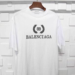 Hejsan säljer denna Balenciaga t-shirten. Finns i alla storlekar:) Finns även i flera färger.