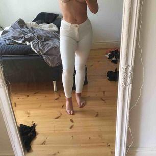 """Vita jättefina jeans i fint skick i modellen """"molly"""", alltså högmidjade med stretch. Skulle dock inte påstå att jeansen är så stretchiga. Sälges pga liten storlek för mig."""