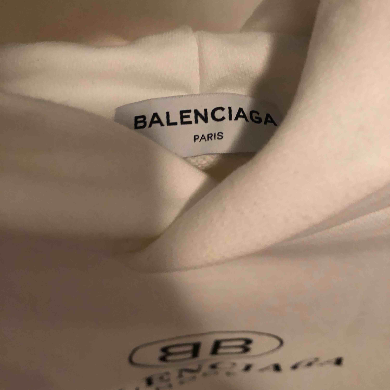 Hej säljer min hoodie i storlek S (oversize). använd 1 gång bara. Huvtröjor & Träningströjor.