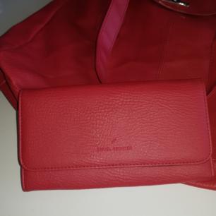 Fint set med röd väska och plånbok! Otroligt fin som gåva till mamma/syster eller dig själv;)) väldigt trendigt Möts i Stockholm eller fraktar