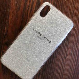 Glittrig skal i mjuk Använd skick lite repor men inget som syns för iphone x super fin. äkta såklart. frakt ingår.