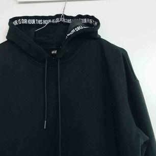 Hoods från HM med snygg textremsa i luvan. Frakt kostar 50kr