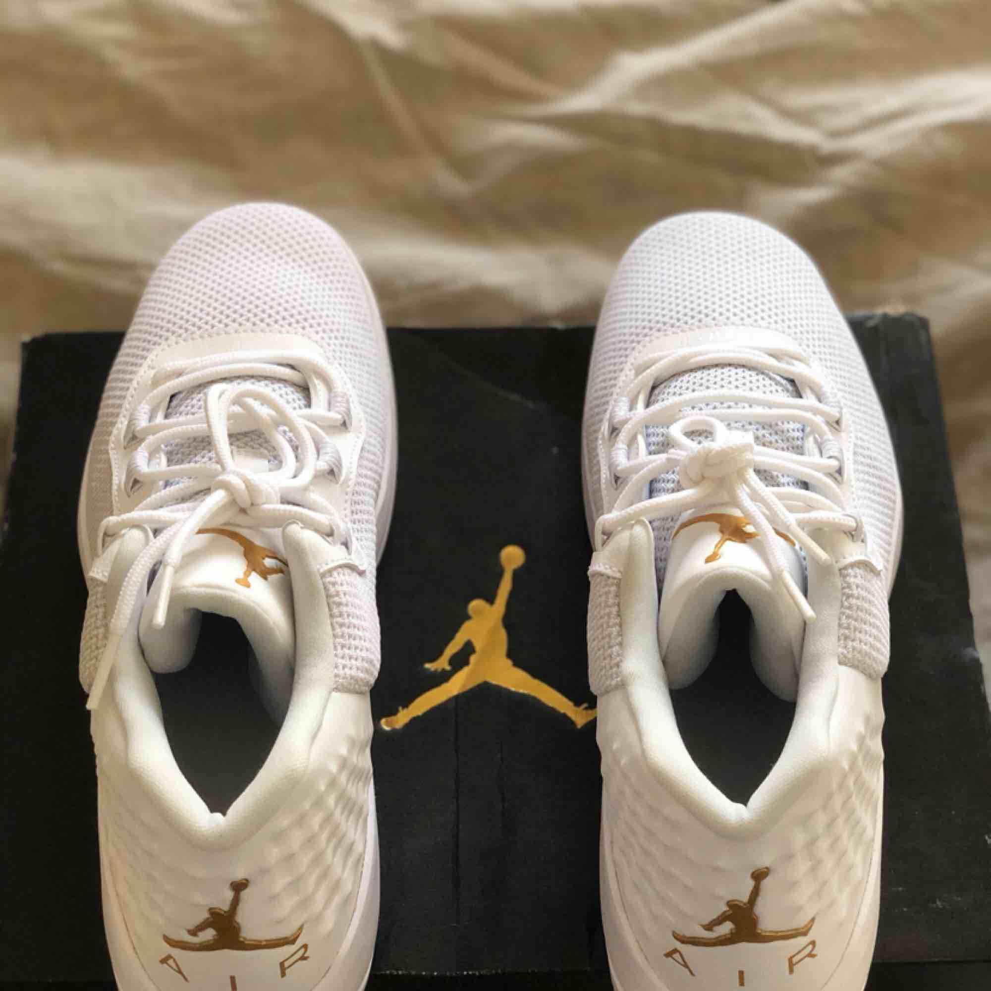 Skitsnygga (!!!!) helt oanvända vita Jordans köpta i New York i size 8, alltså storlek 41 men är mer som 42or! Köparen står för frakt👟. Skor.