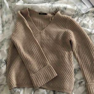 Fin stickad tröja från Gina tricot! Hade varit jättefint med en kjol nu till sommaren (kanske under en kyligare sommarkväll)! Säljer för den är för liten på mig! Köparen står för frakten !