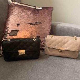 Väskor som är jättefina med guldkedjor. Tyvärr aldrig kommit till användning så dom är i jättefint skick. Väldigt praktiska och perfekt storlek. 100kr st, 150 för båda☺️  (Fått i present och står inget märke på dom)