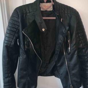 Svart Moto jacket från chiquelle i bra skick. Köpt för 700kr. Storlek 42/L☺️ Pris går att diskuteras