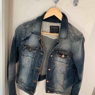 Snygg jeansjacka från Zara som har ett märke från peppe jeans påklistrat. Kort modell. Storlek Large men passar mig som är Small/medium. Liknar en jeansjacka Acne säljer!