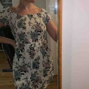 En sommarklänning, endast använd två gånger (en av gångerna som min konfirmations klänning). Jätte härlig och slutar mitt på benen. Storlek 40☺️  Tvättas och stryks innan säljs