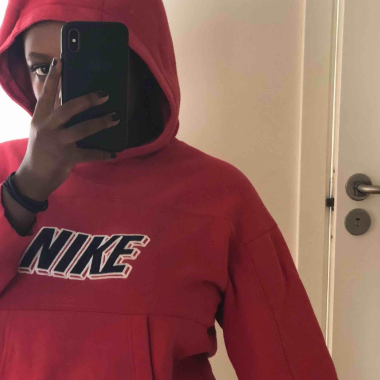 Ball hoodie från Nike, använd ett fåtal gånger! . Huvtröjor & Träningströjor.