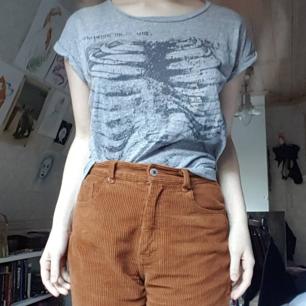 Cool t-shirt med skelettryck! Emo revival 2k19! Använd men i gott skick. Storlek M men snygg oversize, jag på bilden är XS. 50kr+frakt.