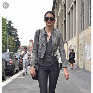 Samma jacka som Kendall jenner. Från H&M gråaktig skinnimitation. Supersnygg! Använd en kväll.  Storlek 38. Säljer Kendalls Acne byxor i en annan annons.