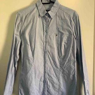 Ljusblå skjorta från GANT. Använt fåtal gånger.