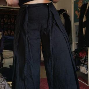 Riktigt sköna byxor från Monki! De är korta i benen och luftiga, perfekta på sommaren.