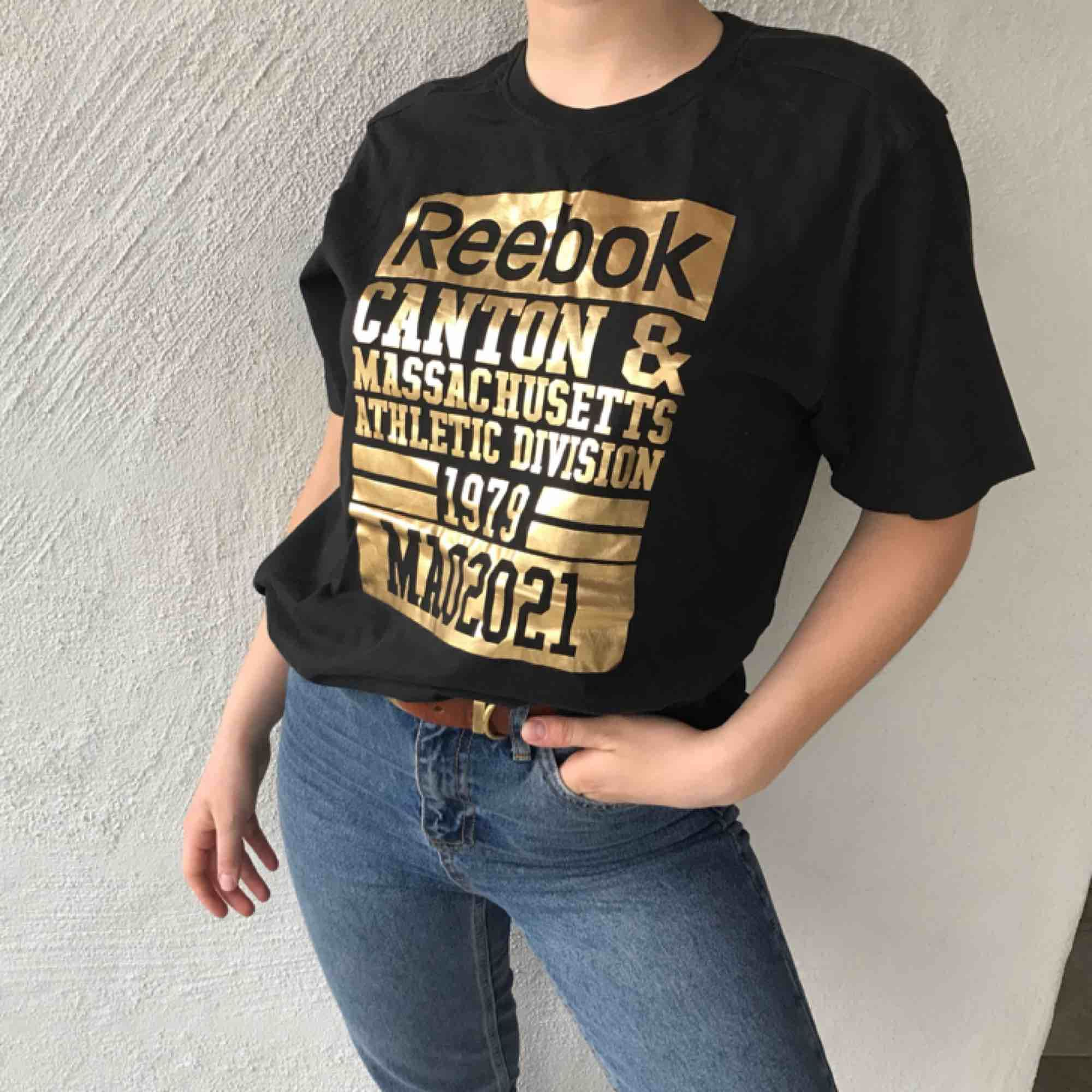 Ball tshirt från reebok! Köpare står för frakt, men kan även mötas upp!💛. T-shirts.