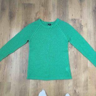 Grön stickad tröja. Skönt material och sticks inte alls. Den är lite mörkare och mer grön i verkligheten. Köparen får betala för frakten :)