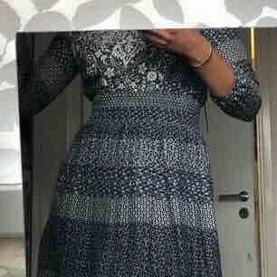 Lätt klänning, blå och vit, från Springfield Lite liten i storleken. Stretch i midjan men tyget är inte stretchigt i sig. Använd en gång   Möts upp i Sthlm, köparen står för frakt annars