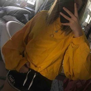En gul tröja med ballongarmar. Aldrig använd. Frakt tas vid köp.
