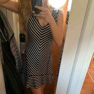 Juicy couture klänning!! Sååå fin!!! Tight upptill med lite volang nedtill. Size M. Använd en gång på en fest.  Köptes för ca 1800kr