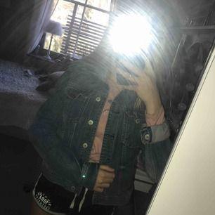 En blå Jeansjacka. Frakt tas vid köp.