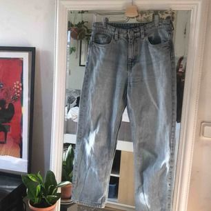 Weekdays voyage-jeans i färgen wow blue! Den peeerfekta jeansfärgen men byxorna har fel passform på mig tyvärr. Raka ben, som nya! Nypris 500kr