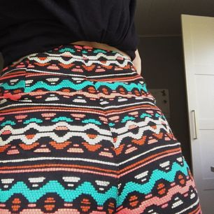 Säljer ett par färgglada shorts ifrån hm som är i storlek xs! De är sjukt snygga när man är brun.