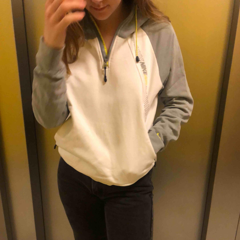 Vit och grå vintage sweatshirt från Nike med gröngula detaljer! Skön att ha sommarkvällar för den som vill ha en lite sportig och chill touch med sina shorts tex. Snygg att ha med sneakers elr typ dr martens och Levis 🤗🤗. Huvtröjor & Träningströjor.