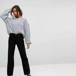 Jättefina populära Voyage jeans fr Weekday. Strl 27   Avklippta till ankellånga på mig som är 173 cm. Blivit lite blekta i tvätten (se bild 3) men bara snyggt i min mening 🤩