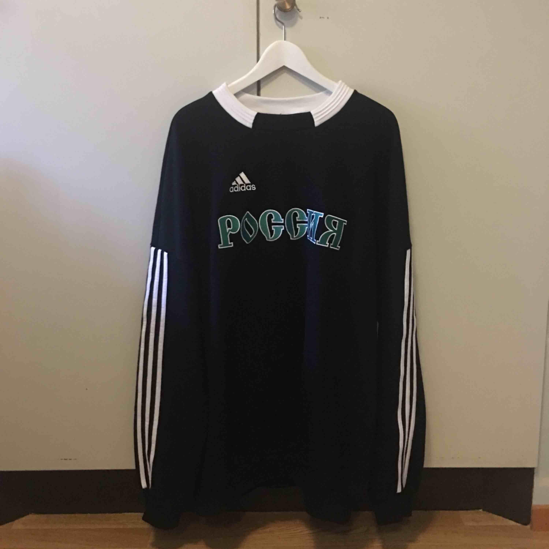 Gosha Rubchinskiy sweatshirt (kopia) säljes. Nyskick då den aldrig blev använd. Det står S på tröjan men den är egentligen XL. Frakt tillkommer . Tröjor & Koftor.