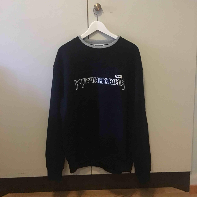 Gosha Rubchinskiy sweatshirt (kopia) säljes! Använd 1 gång så den är fortfarande i nyskick. Fri frakt!. Tröjor & Koftor.