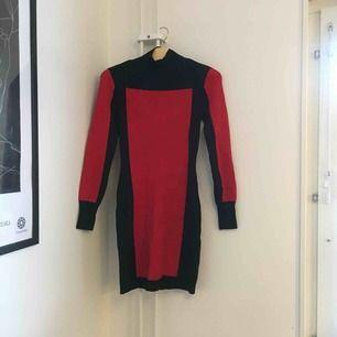 H&M x BALMAIN Aldrig använd men mycket fin! Lite tjockare i materialet och har mindre axelvaddar. Köparen står för frakt 👗
