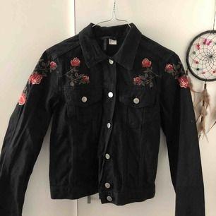 Oanvänd jeansjacka med broderi från H&M