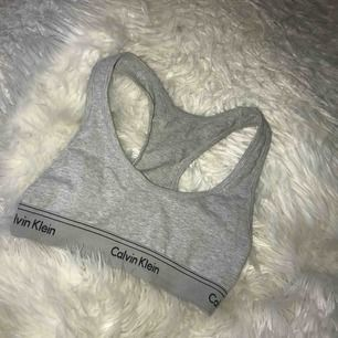 En grå Calvin Klein top. Aldrig använd.
