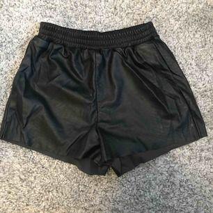 Shorts i fejkläder med ormprint och fickor i sidorna. Passar en vanlig S. Köparen står för frakt 👗