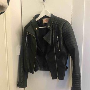 Säljer denna skinn jacka från Chiquelle. Använt max 4 gånger, den är alltså i väldigt fint skick. Jag möter gärna upp köparen någonstans i Stockholm eftersom det blir enklast.