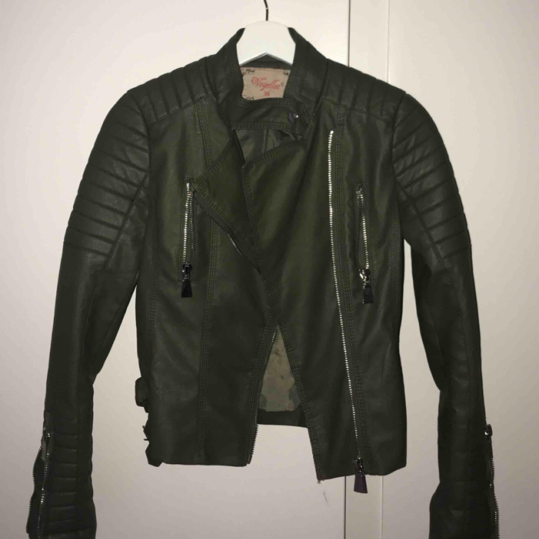 Säljer min Moto Jacket från Chiquelle då den är i fel storlek.  Som ny och endast använd ett fåtal gånger 🌸 Nypris: 699:-. Jackor.
