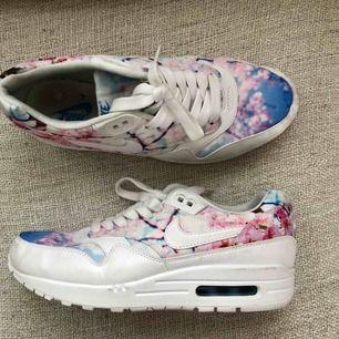 Nike womens cherry blossom shoes i storlek 40, perfekta till sommaren. Limited edition som såldes ut snabbt. Magiskt print och magiskt sköna. Endast använts ett par gånger inomhus. Köptes för 1000kr, säljer för 350kr + frakt eller mötas upp i Sthlm