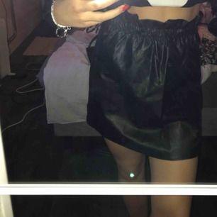 En oanvänd kjol från WOW. Storlek M. Hör av er vid intresse eller frågor! 🖤 (Swish) frakt ingår.