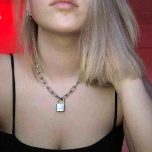 FETT coolt chain halsband med ett lås på🥵(ingen nyckel finns) Används tyvärr inte längre därför säljs den. Möts upp i stockholms området och fraktar !