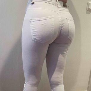 Snygga vita jeans från Gina tricot i modellen Molly. Använd några gånger men i bra skick. Nypris 299kr.