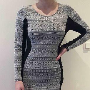 Figur klänning från hm, helt oanvänd. Nypris 299kr Står ej frakten <3