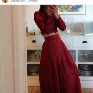 Lägger upp denna igen!! Så så fin tvådelad balklänning som  ALDRIG är använd då jag köpte en annan. Inköpt för 1100kr samt betalat 500kr hos skräddaren😩❤️Säg gärna till för fler bilder, sista bilden är från hemsidan - i en annan färg men samma modell