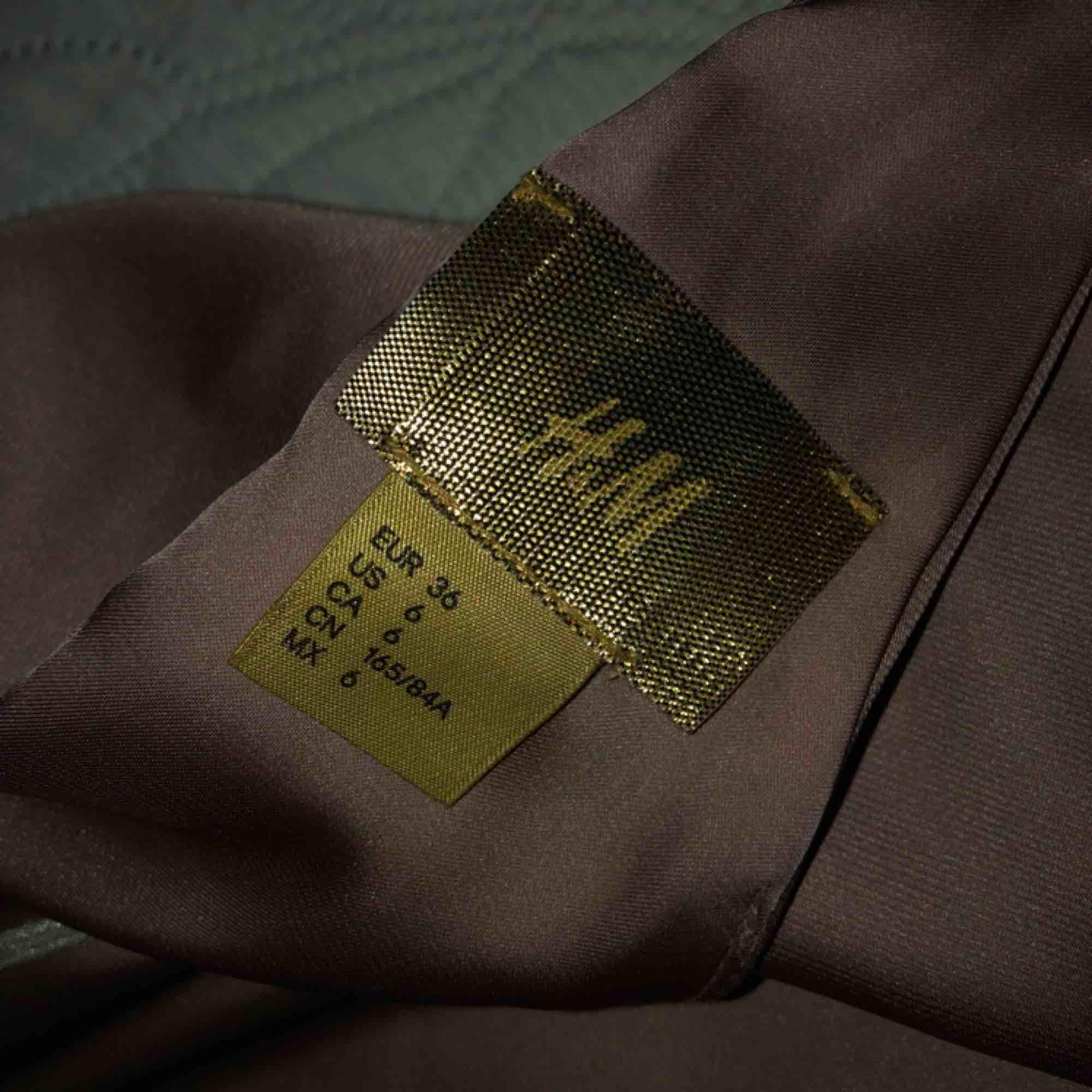 Endast använd 1 gång, som ny! Jätte snygg på med volang i ärmen och baktill (uringad) i silkes material! Priset är prutat och klart, 150kr + frakt!. Klänningar.